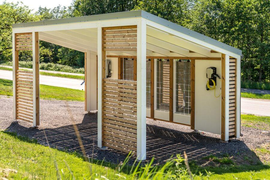 Norskprodusert garasje og carport med solcelleanlegg for